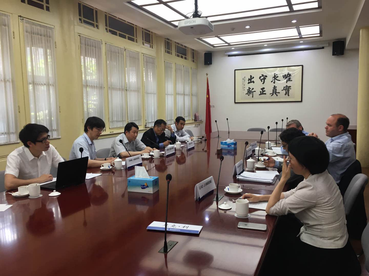 Long Guoqiang meets with UK economic development official