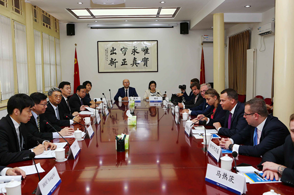 Li Wei meets with young Polish statesmen