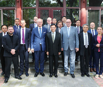 Li Wei meets with young Polish politicians