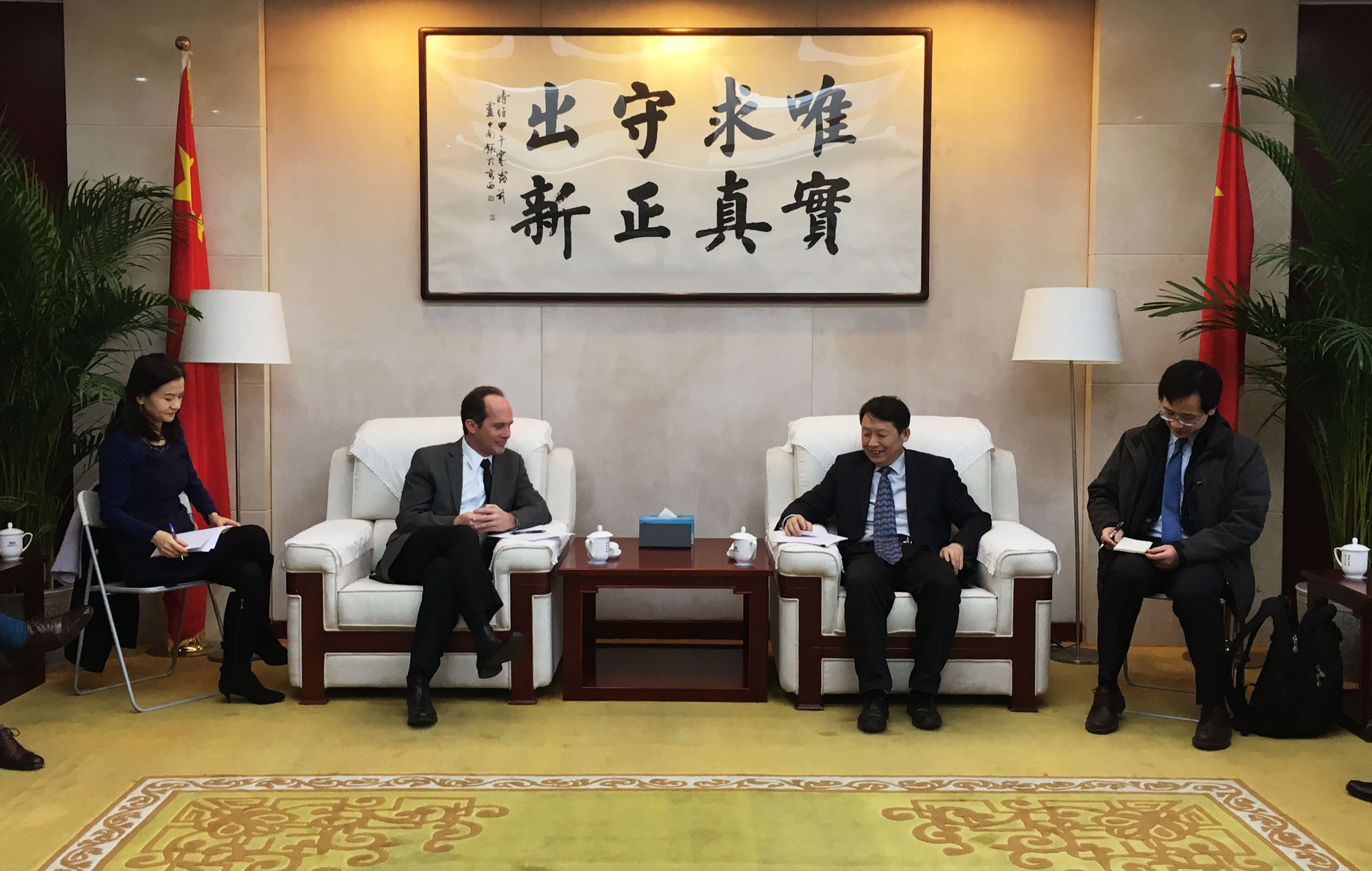 Long Guoqiang meets with official from US-China Business Council